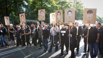 Angehörige und Betroffene führen die Demonstration an.