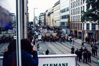 Auf bis zu 6.000 Menschen wächst die Demo auf ihrem Weg an.