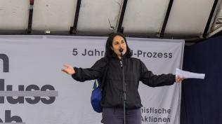 Auf der Bühne stehen Betroffene, Initiativen, Nebenklagevertreter*innen, Künstler*innen....